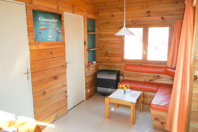 chalet-coin-salon-convivial-camping-mont-albi